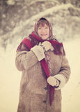 Mogen kvinna med sjaletten Royaltyfri Bild