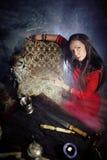Mogen kvinna med ugglan som gör svart magi Royaltyfri Bild