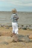 Mogen kvinna på stranden Fotografering för Bildbyråer