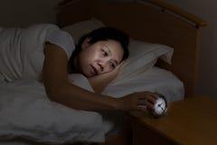 Mogen kvinna som är rastlös på nattetid Arkivfoton