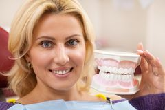 Mogen kvinna som besöker tandläkaren på kliniken arkivfoto