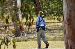 Mogen kvinna som birdwatching Arkivfoton