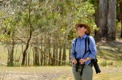 Mogen kvinna som birdwatching Arkivbilder