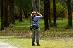 Mogen kvinna som birdwatching Royaltyfri Foto