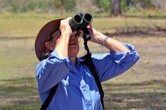 Mogen kvinna som birdwatching Royaltyfria Bilder