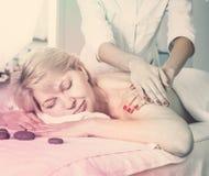 Mogen kvinna som har massage royaltyfri fotografi