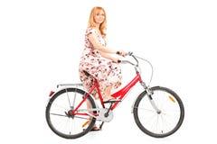 Mogen kvinna som rider en cykel Royaltyfri Fotografi
