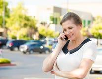 Mogen kvinna som talar på en telefon royaltyfri bild
