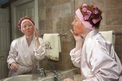 Mogen kvinna som utför skönhetrutin Royaltyfria Bilder