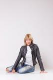 Mogen kvinna40-tal som sitter på golv, retro stil Royaltyfria Foton