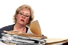 Mogen kvinnaavläsningsskrivbordsarbete Royaltyfria Foton