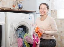 Mogen kvinnabrukspåse för tvätteri Royaltyfri Bild