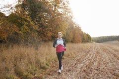 Mogen kvinnaspring runt om Autumn Field Royaltyfri Fotografi
