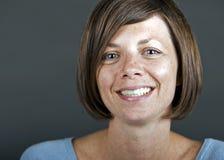 mogen le kvinna för brunett Arkivfoto