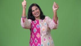 Mogen lycklig härlig indisk kvinna som känner sig upphetsad, medan ge upp tummar arkivfilmer