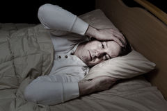 Mogen man i mycket sjuk säng Arkivbild