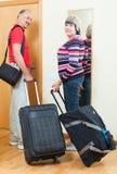 Mogen man och kvinna som lämnar hemmet Royaltyfri Bild