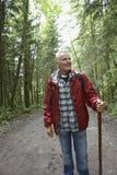 Mogen man som går på Forest Path Arkivbilder