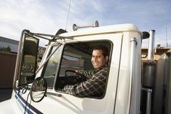 Mogen man som kör lastbilen Royaltyfri Bild