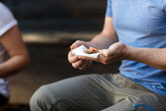 Mogen man som rymmer välfyllt bröd i skog Royaltyfri Bild