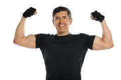 Mogen man som slader bicepsen Fotografering för Bildbyråer