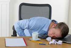 Mogen man som sovande faller på arbete Arkivbilder
