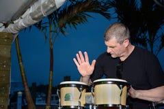 Mogen man som spelar bongos utomhus Fotografering för Bildbyråer