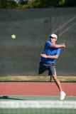 Mogen man som spelar tennis Arkivfoto
