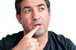 Mogen man som tänker med ett finger på hans kanter Royaltyfri Fotografi