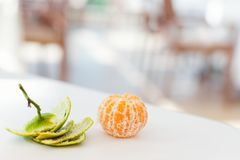 Mogen mandarin utan huden på en vit tabell i ett kafé Arkivbilder