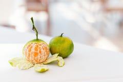 Mogen mandarin utan huden på en vit tabell i ett kafé Arkivfoto