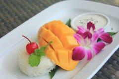Mogen mango med klibbiga ris Arkivfoton