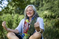 mogen meditera kvinna royaltyfri foto