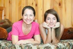 mogen moder för dotter Fotografering för Bildbyråer