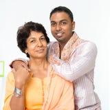 Mogen moder för indisk familj och vuxen människason Royaltyfri Fotografi