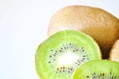 Mogen ny kiwi p? den vita bakgrundsn?rbilden arkivfoto