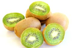 Mogen ny kiwi p? den vita bakgrundsn?rbilden royaltyfri bild