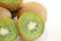 Mogen ny kiwi p? den vita bakgrundsn?rbilden royaltyfria foton