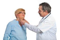 mogen patient kvinna för endocrinologist arkivfoto