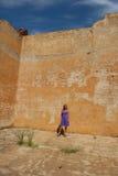 mogen purpur sexig kvinna för klänning Royaltyfri Fotografi