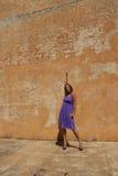 mogen purpur sexig kvinna för klänning Arkivbild