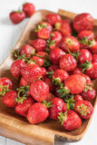 Mogen röd jordgubbe på ett magasin på en vit bakgrund Arkivbild