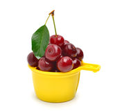 Mogen röd körsbär i koppen Fotografering för Bildbyråer