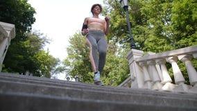 Mogen rödhårig mankvinnlig som joggar ner trappan stock video
