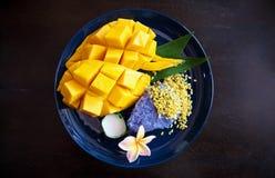 Mogen söt mango med klibbiga ris, traditionell thailändsk efterrätt Arkivbild