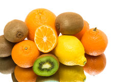 Mogen frukt. vitbakgrund med reflexion. Arkivfoto