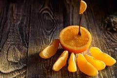 Mogen saftiga nya apelsiner, helt, snitt och skivor Royaltyfri Fotografi