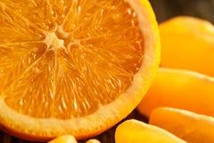Mogen saftiga nya apelsiner, helt, snitt och skivor Fotografering för Bildbyråer