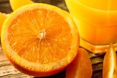 Mogen saftiga nya apelsiner, helt, snitt och skivor Royaltyfri Bild
