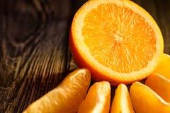 Mogen saftiga nya apelsiner, helt, snitt och skivor Royaltyfri Foto